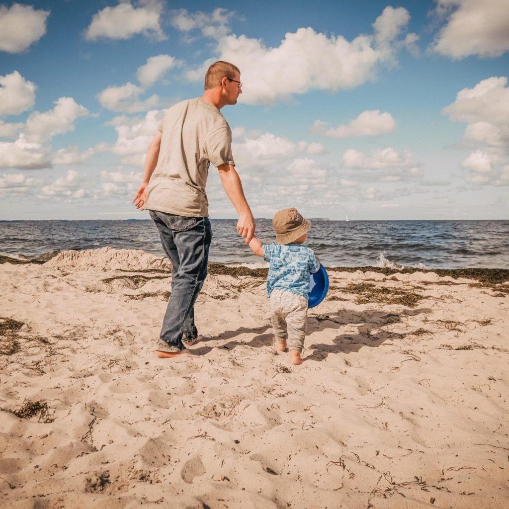 Team-Foto von Mann und Kind am Meer - wild and sweet