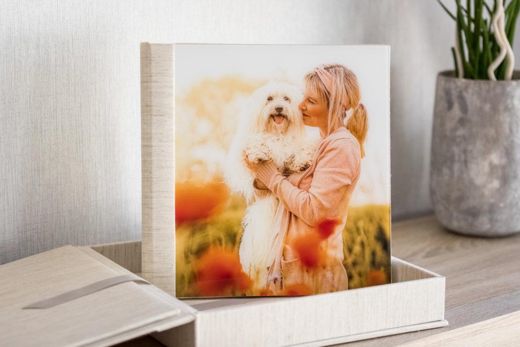 Fotoalbum stehend in Fotobox auf Kommode - Wandbild Tier
