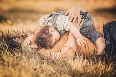 Portrait einer Fotografin mit Kind auf einer Wiese - Hundefotografin