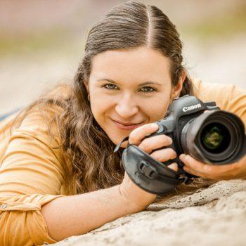 Portrait einer Tierfotografin mit Kamera in der Wiese - Tierfotografie Bremen